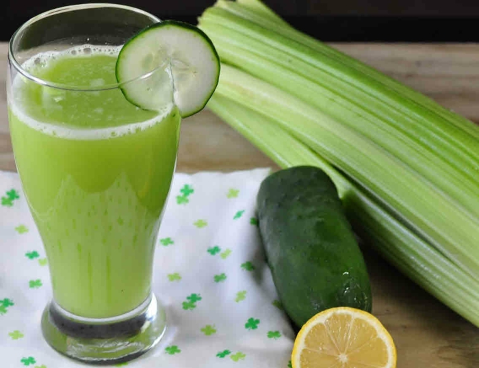 Gerichte zum Abnehmen, ein Saft aus Lauch und Gurken, ein grüner Getränk