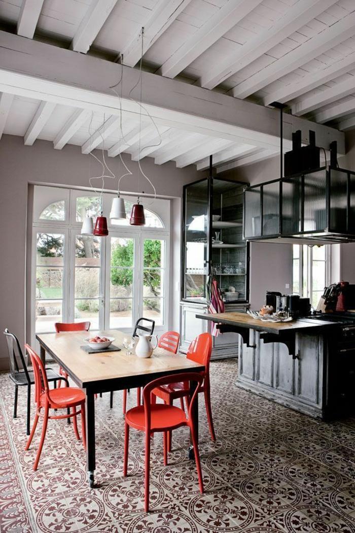 hängende Pendellampen, brauner Tisch, rote Stühle, welche Farbe passt zu braunen Möbeln
