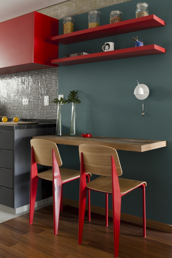 Wandfarbe Küche Grau, rote Regale, weiße Lampe, silberne Vasen, Parkett Boden