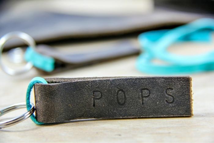 Schlüsselanhänger selber basteln als Geschenk zum Vaterstag mit Aufschrift Pops