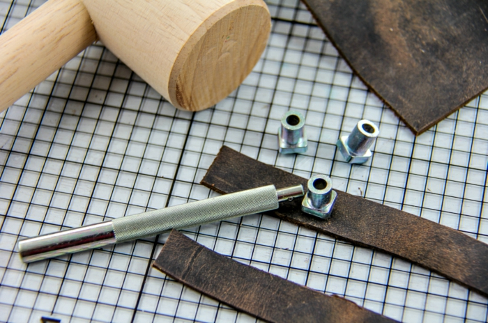 Werkzeuge um Metalteil zu befestigen, Schlüsselanhänger selber basteln