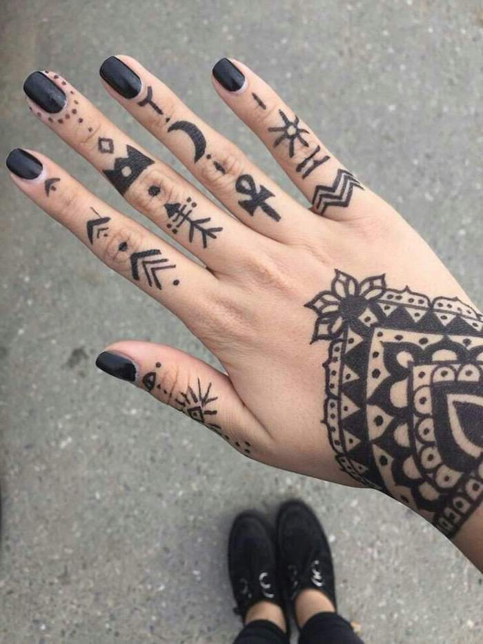 Hand Tattoo Ideen, kleine Tattoo Motive an jedem Finger, schwarzer Nagellack