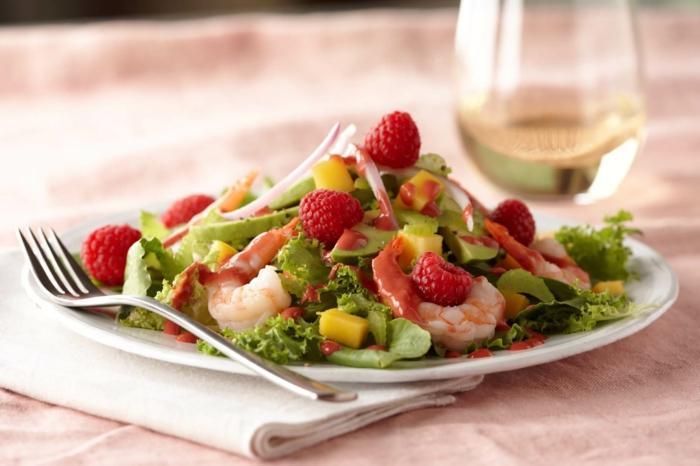 Garnellen, grüne Zutaten, Mango und Avocado Salat, Himbeeren als Dekoration