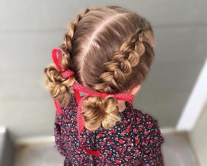 Double Bun mit roten Schleifen, Kleid mit Blumenmuster, zwei Zöpfe, schöne Frisuren für Mädchen