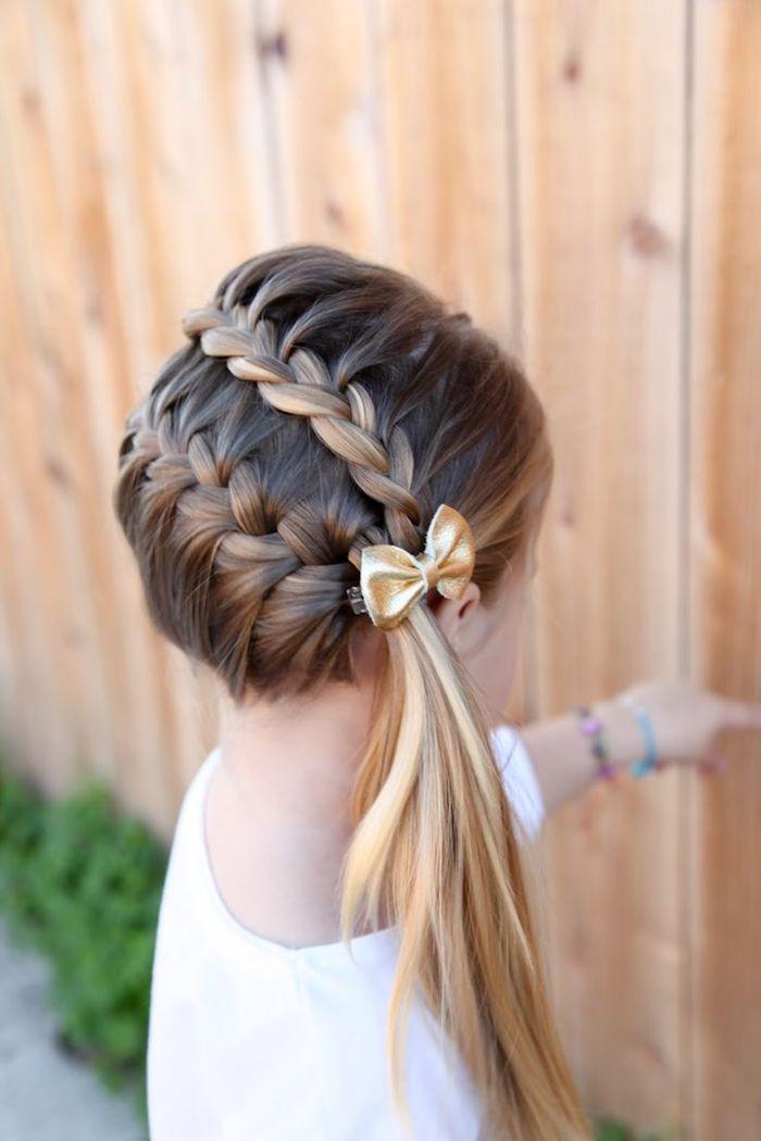 Schöne Flechtfrisur für Mädchen, Haarklammer mit goldener Schleife, lange glatte Haare