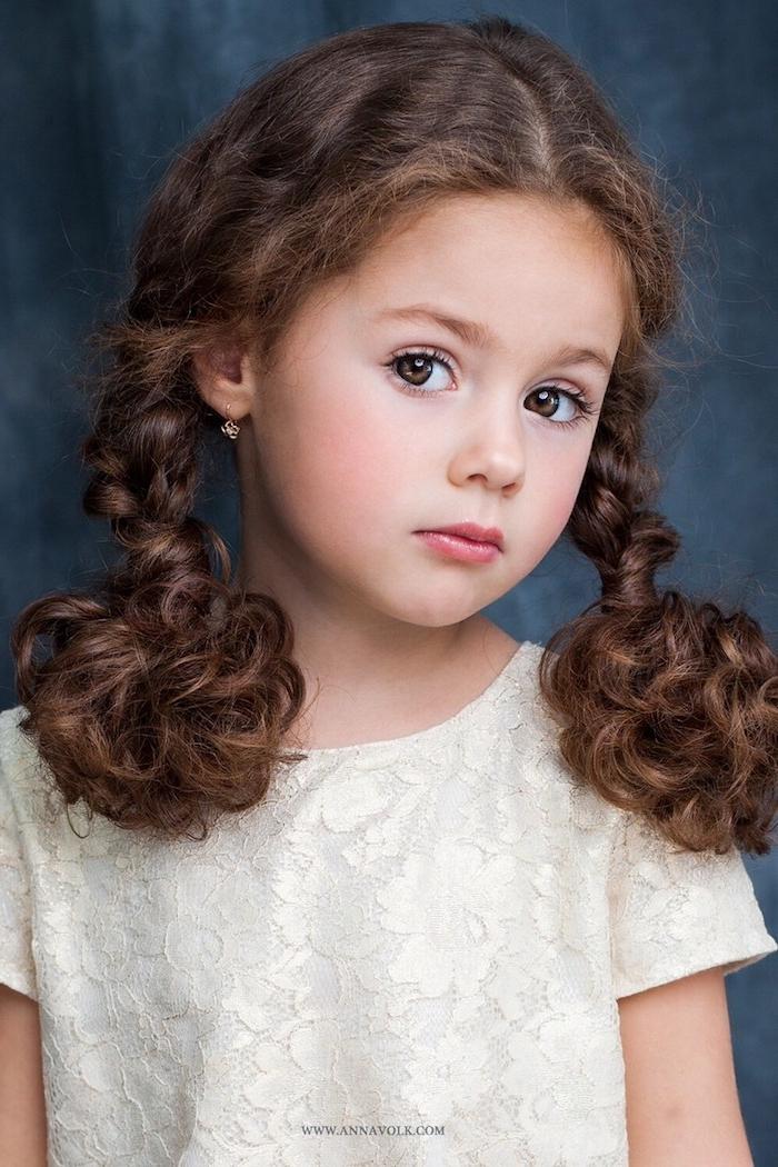Zwei Zöpfe flechten, schöne Frisur für Kinder, weiße Bluse mit Spitzenelementen, schlichte goldene Ohrringe