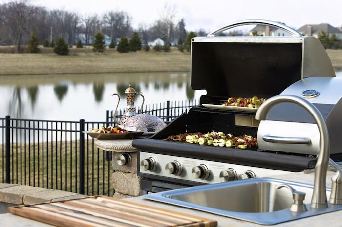 ein fluss und eine miniküche mit einem grauen waschbecken und einem elektrherd, eine outdoor küche kaufen