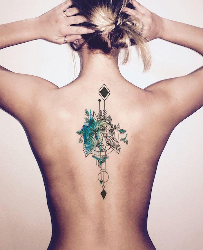 blonde haare, eine junge frau mit einem rücken mit einem tattoo mit vielen kleinen flegenden grünen vögeln, rücken frauen tattoo