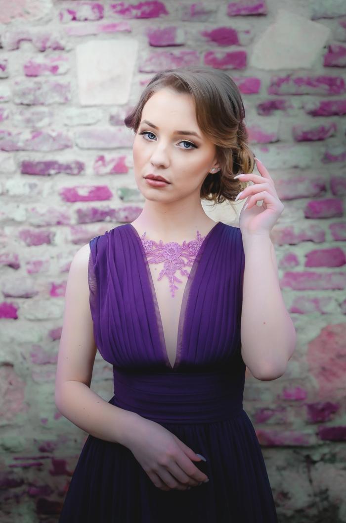 frisuren für dünnes haar, seitlich gebundene haare, dezente wellen in den haaren, lila kleid, violett, kleid mit decolette, offizielle anlässe