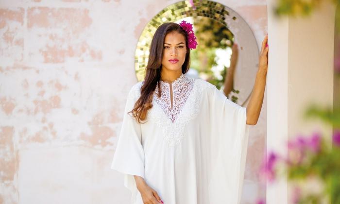 frisuren für dünnes haar, eine model mit weißem kleid spitzkleid, rosarote blumen in den haaren
