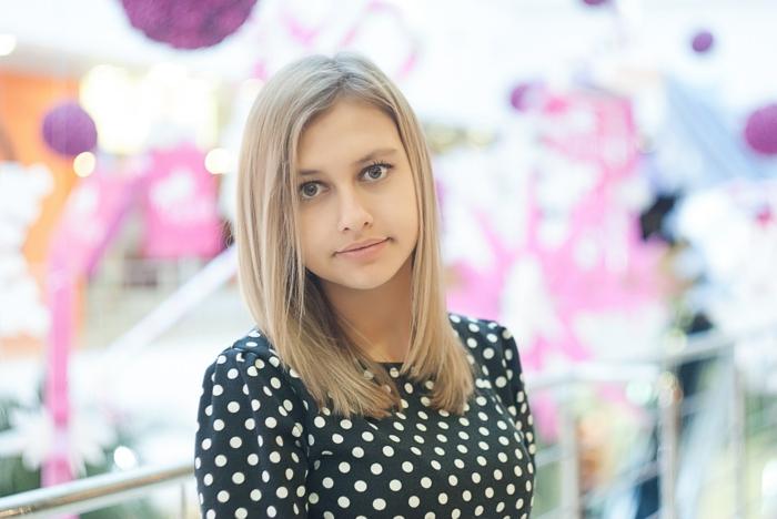 frisuren dünnes haar, mittellange haare blond, natürliche haarfarbe, gepunktetes kleid, große augen, natürliches make up