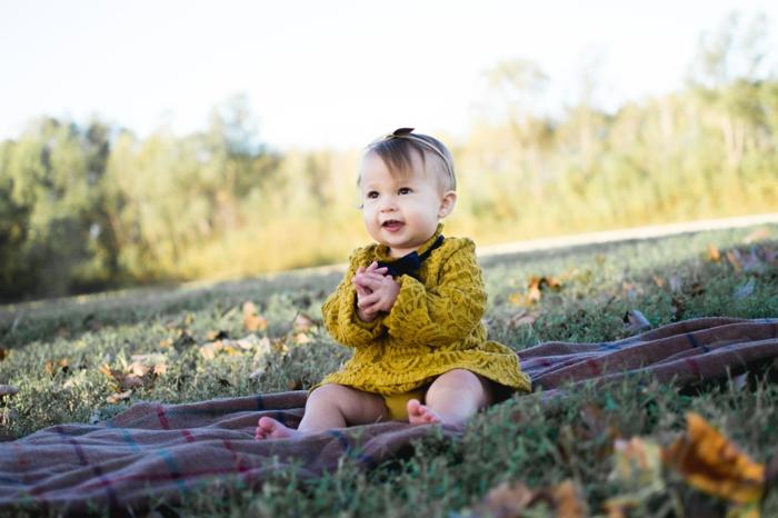 frisuren dünnes haar für kleinen und erwachsenen, gelbes kleid eines mädchens, diadem, pony seitlich
