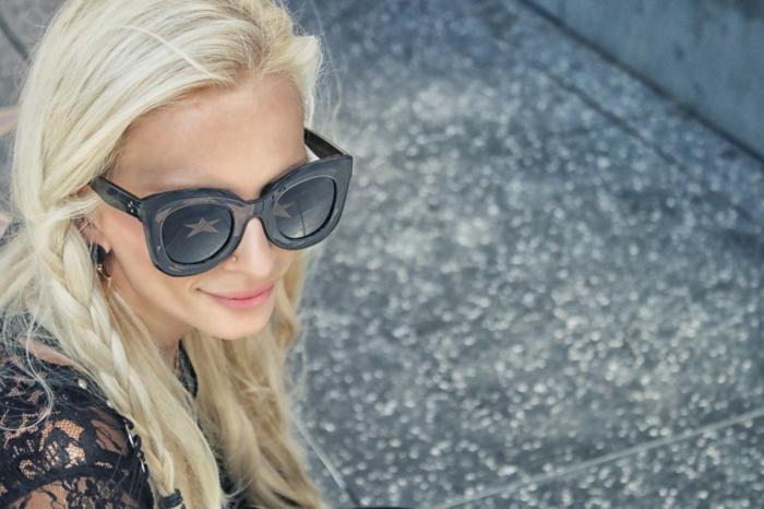 dünne haare schön frisieren, blonde haare, junge frau mit brillen, lockerer zopf in den haaren