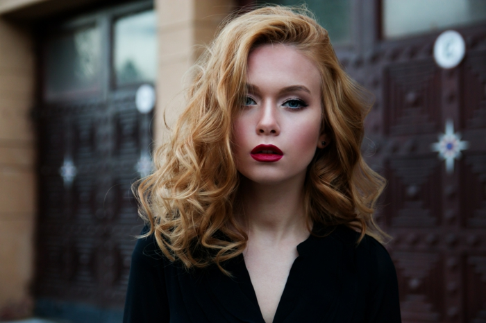 dünne haare ideen blonde frau mit dunklen spitzen, roter lippenstift, rouge, puder, highlighter