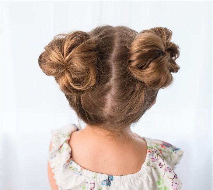 Double Bun, süße Frisur für lange und mittellange Haare, weiße Bluse mit Blumenmuster