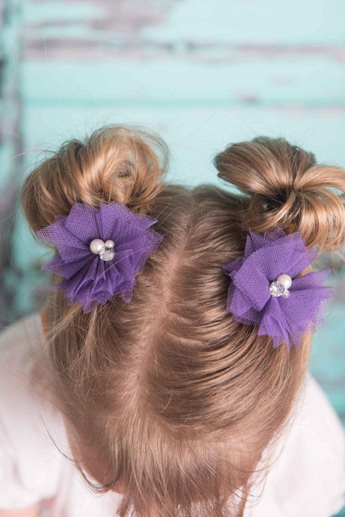 Schöne Frisuren für Mädchen, Double Bun, lilafarbene Haarblüten mit Perlen und Kristallen, hellbraune Haare