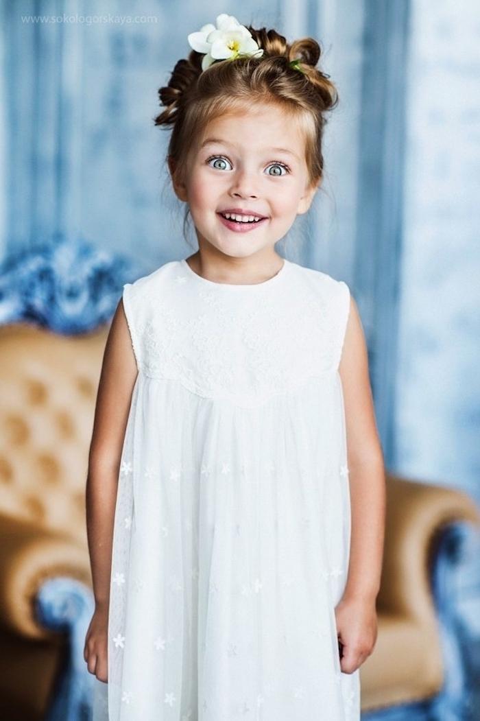 Kinderfrisuren für besondere Anlässe, elegante Hochsteckfrisur, echte Blumen im Haar, weißes Kleid mit kleinen Sternchen