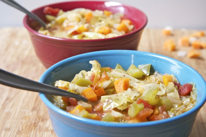 rote und blaue Schüssel, ein gesunder Salat aus verschiedenen Zutaten, erfolgreich abnehmen