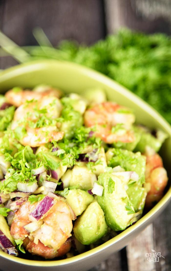 raffinierte Salate mit Garnellen, kleine Stücke Lollo Rosso Salat und Gurken