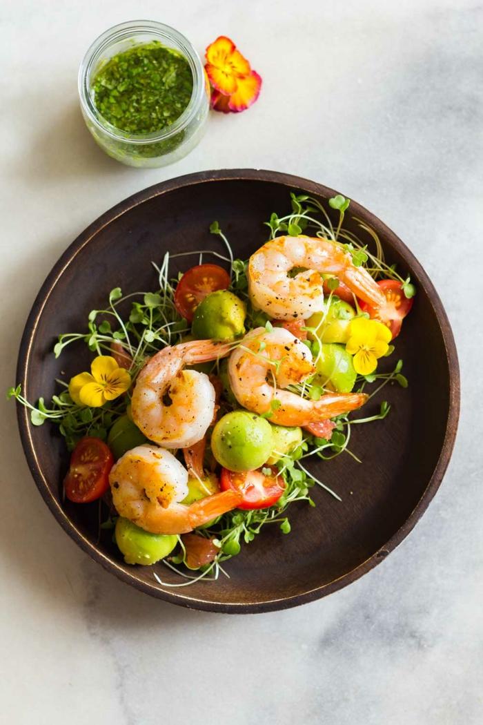 Korriander und Avocado, Garnellen, Avocado Tomaten Salat, kleine Stücke Grün, essbare Blumen