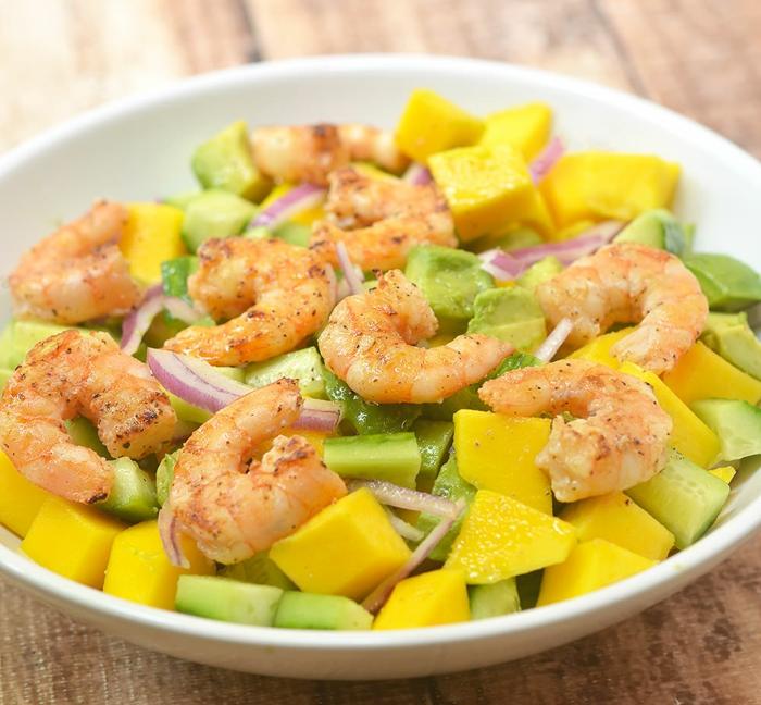 Avocado Mango Salat, Garnellen und roter Zwiebel, eine schöne bunte Mischung