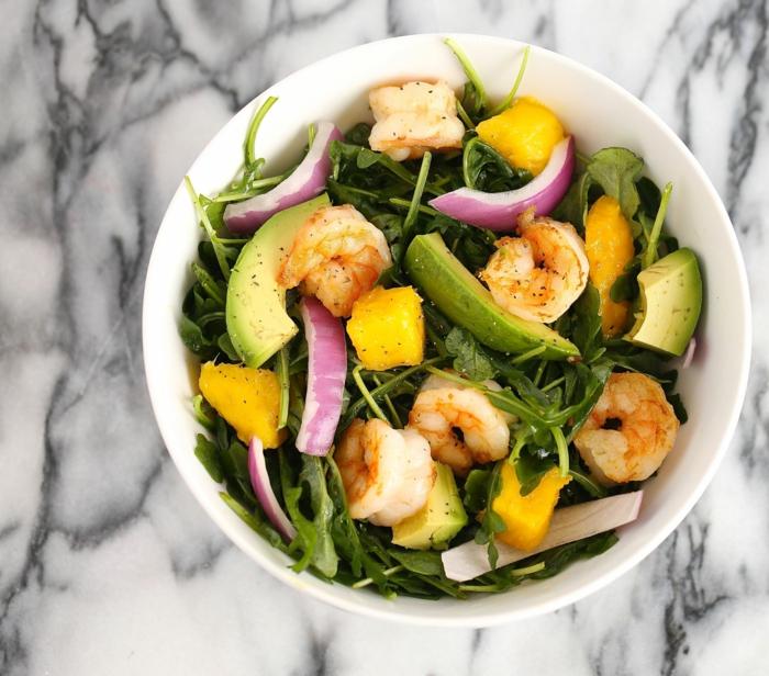 Rezept Avocado, roter Zwiebel, Garnellen, Stück Avocado, Rukola und Mandarinen