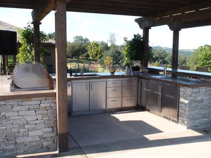 blauer himmel und eine küche mit grauen steinen und mit einem grauen elektroherd und einem grauen waschbecken