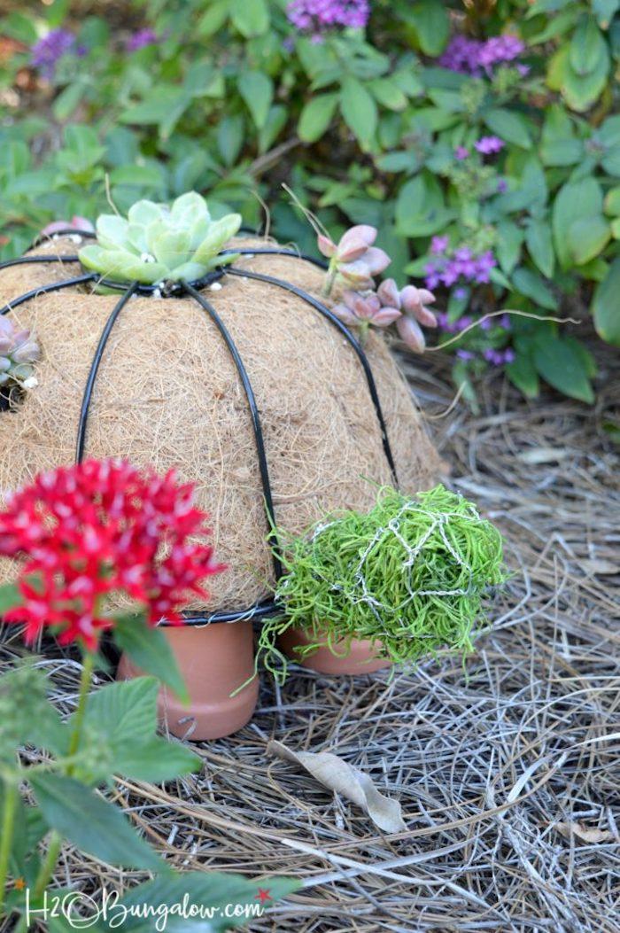 gartendeko basteln naturmaterialien, schildkröte aus stroh mit füßen aus keramischen blumetöpfen