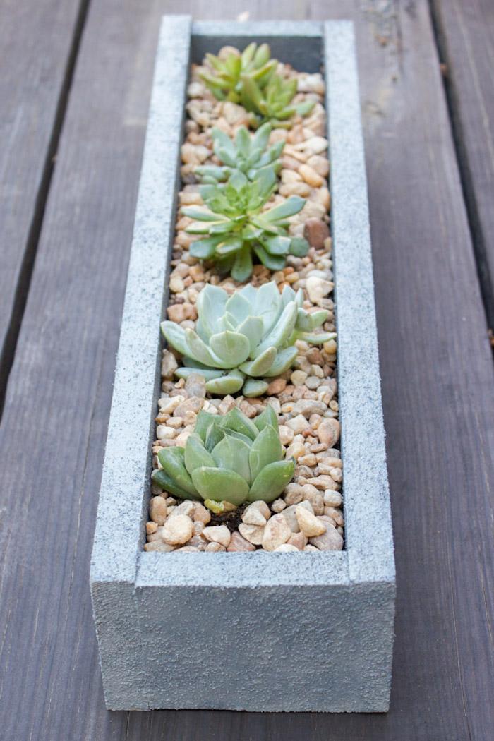 holz deko selber machen, pflanzgefäß in beton optik, kies, grüne pflanzen