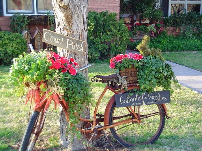 gartendeko selbstgemacht, fahrrad im retro stil dekoriert mit blument und karroten