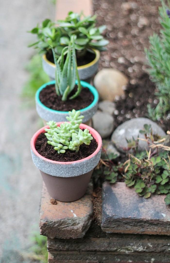 gartendeko selbstgemacht, grüne pflanzen, blumentöpfe bemalen, silberner glitzer, diy