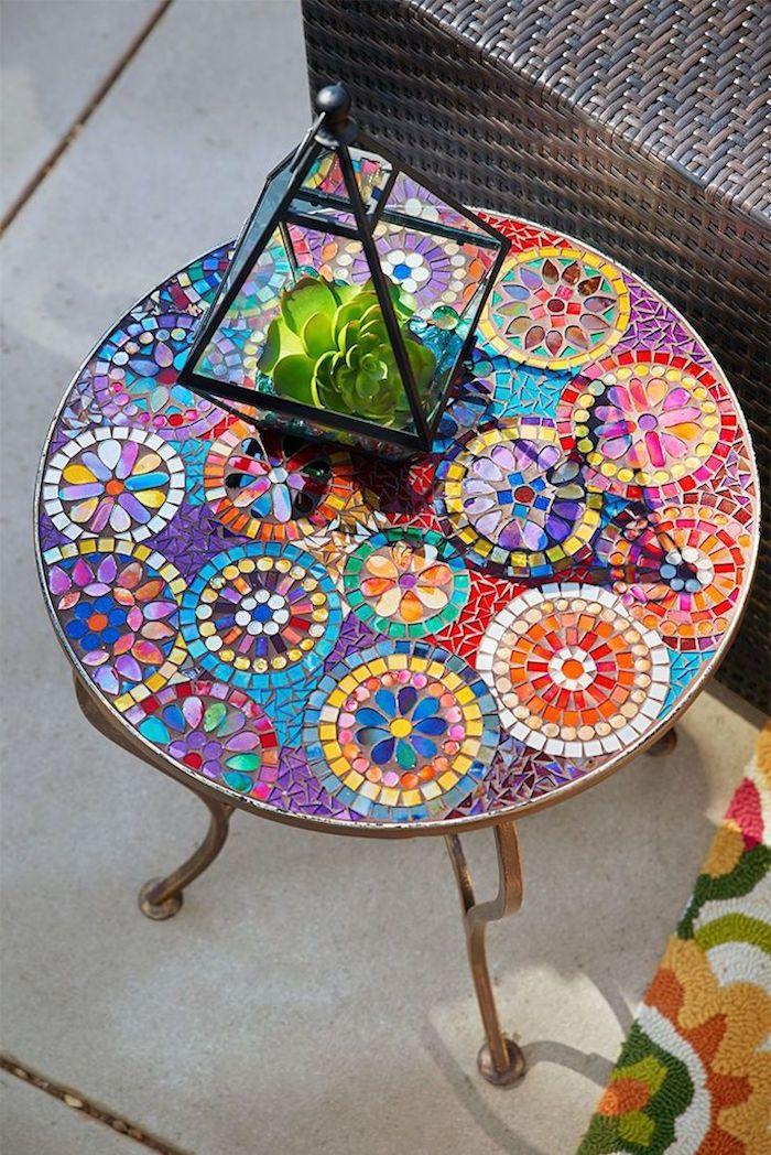 gartendeko selbstgemacht, tisch dekoriert mit mosaik, stücke glas in verschiedenen farben, florrarium