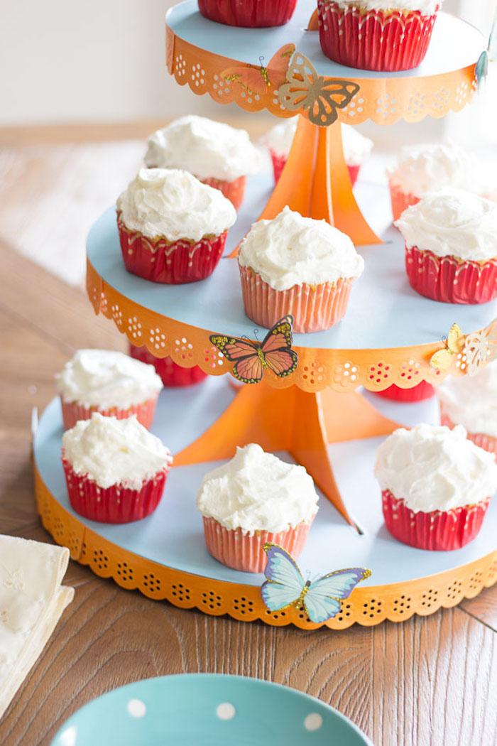 Tortenständer mit bunten Schmetterlingen dekorieren, Cupcakes mit Sahne