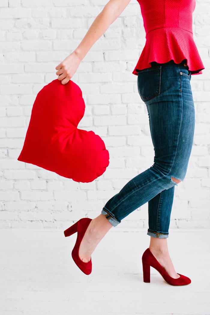 Herzförmiges Kissen, rote High Heels, Jeans und rotes Top, Outfit für Party zum achtzehnten Geburtstag