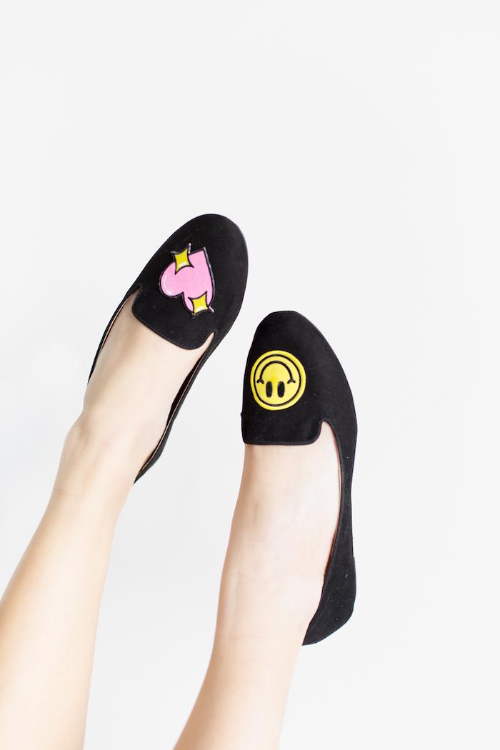 Schlichte schwarze Ballerinas selber dekorieren, mit lustigen Stickern, Herz und Emoji darauf kleben