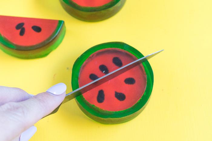 Wassermelonen Seifen selbst herstellen, Stück mit Messer halbieren, Idee für DIY Geschenk