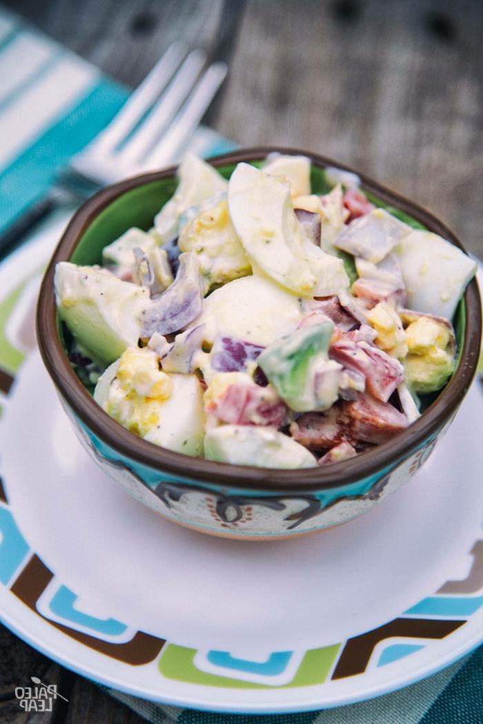 Avocado Rezept, gekochte Eier, Fleisch, Sellerie, Avocado Stück un einer vintage Schale