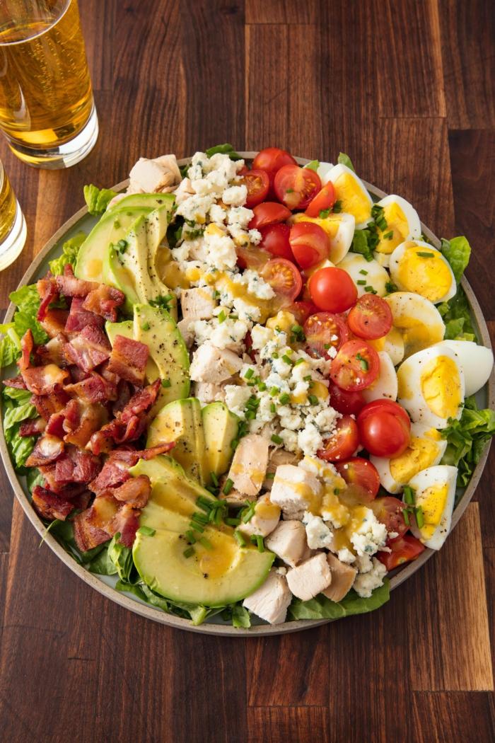 was brauchen Sie für raffinierte Salate, Olivenöl, Becon, Kirschtomaten, Feta Käse, gekochte Eier, Avocado