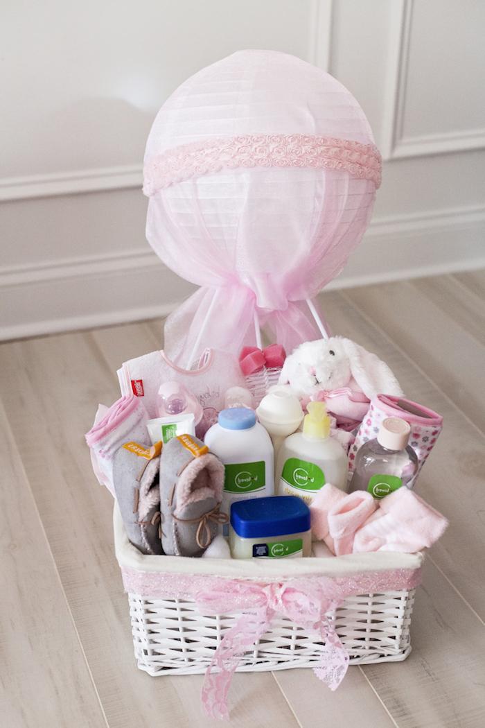 geldgeschenk heißluftballon für mädchen, großer korb mit babysachen, weiße hase, kuscheltier