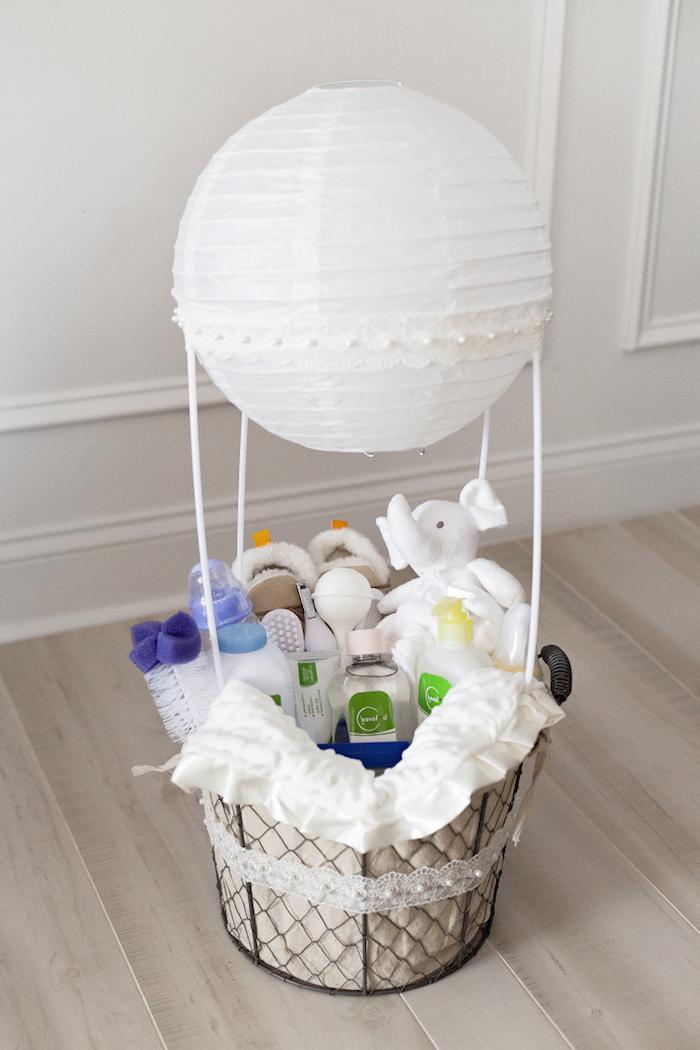 geldgeschenk heißluftballon, weiße papierlaterne, großer korb mit babyprodukten, weißer elefant