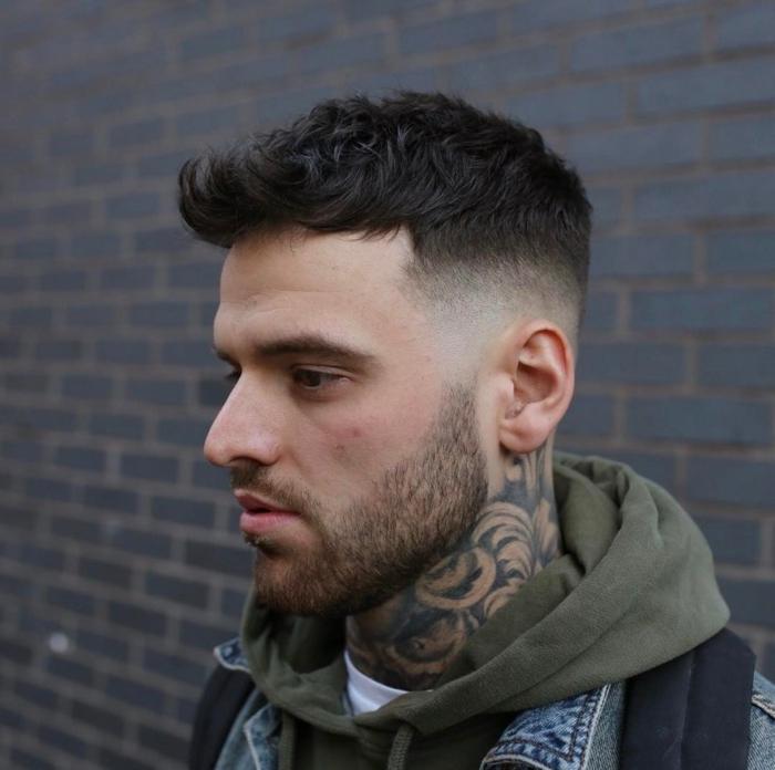 ein cooler Kerl mit vielen Tattoos, mittellanger Bart, Etagenschnitt, Undercut Frisur, Trendfrisuren 2017 Männer