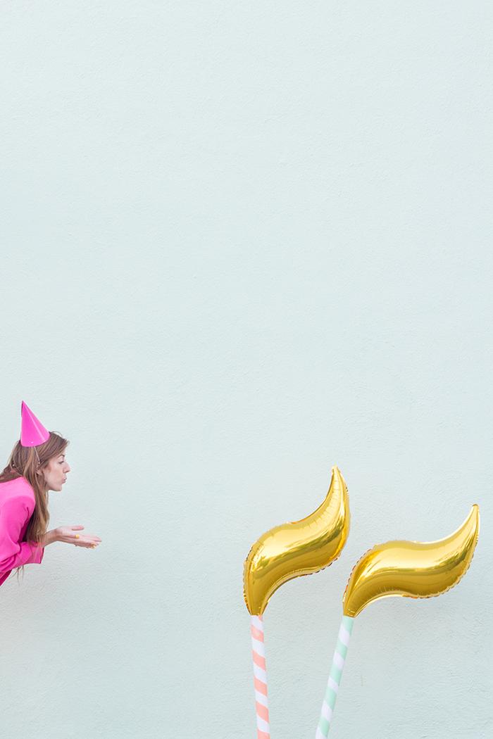 Ballons in Form von Kerzen, coole Idee für Geburtstagsdeko, Frau mit pinkem Partyhütchen