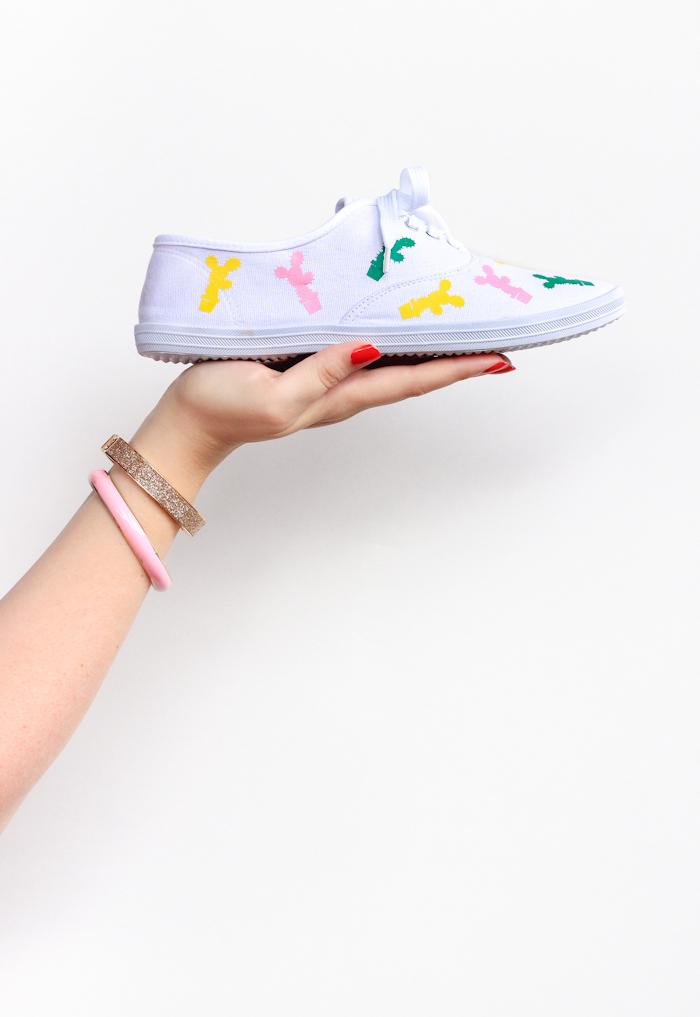 Coole Idee, wie man Sneaker selber dekoriert, mit Textilfarben kleine Kakteen zeichnen, mithilfe Schablone