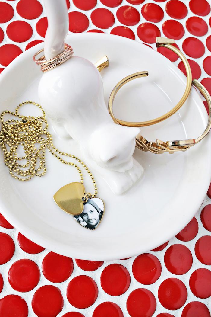Herzförmiger Anhänger mit Foto, Halskette selber machen, Schmuckständer in Form von Katze aus Porzellan