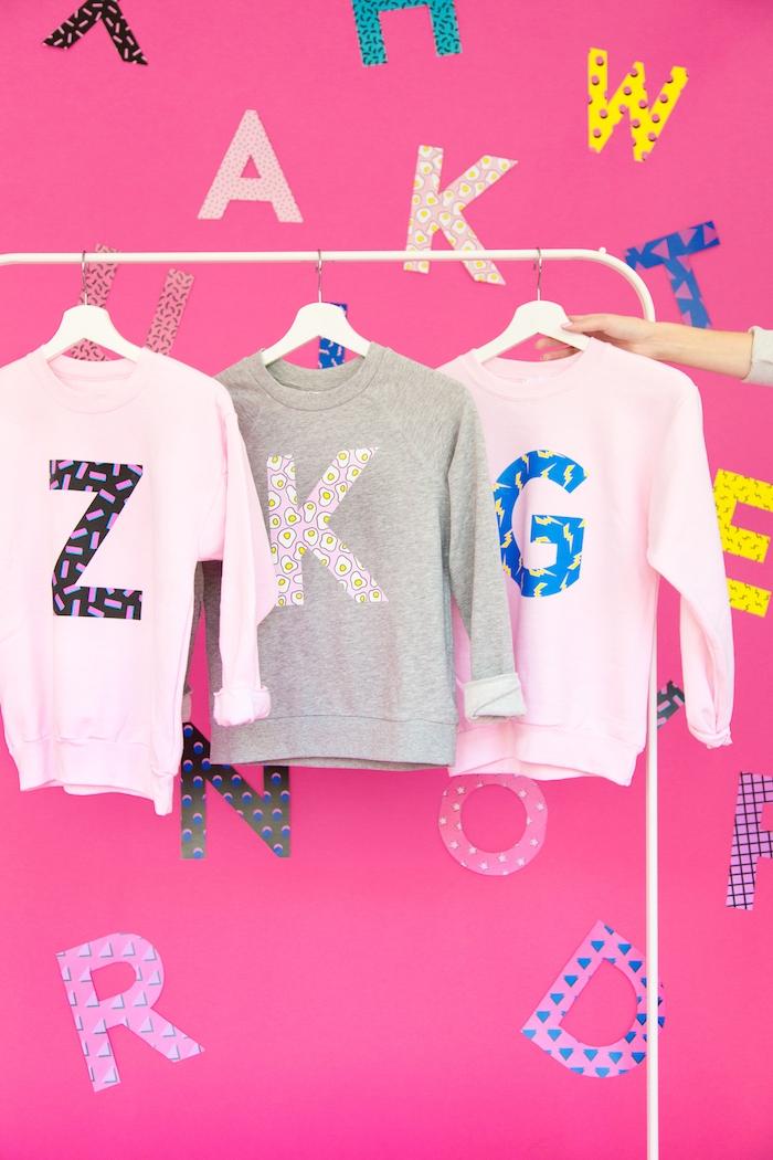 Sweatshirts selbst bedrucken, mit großen bunten Buchtaben auf der Vorderseite, DIY Geschenkidee zum Geburtstag