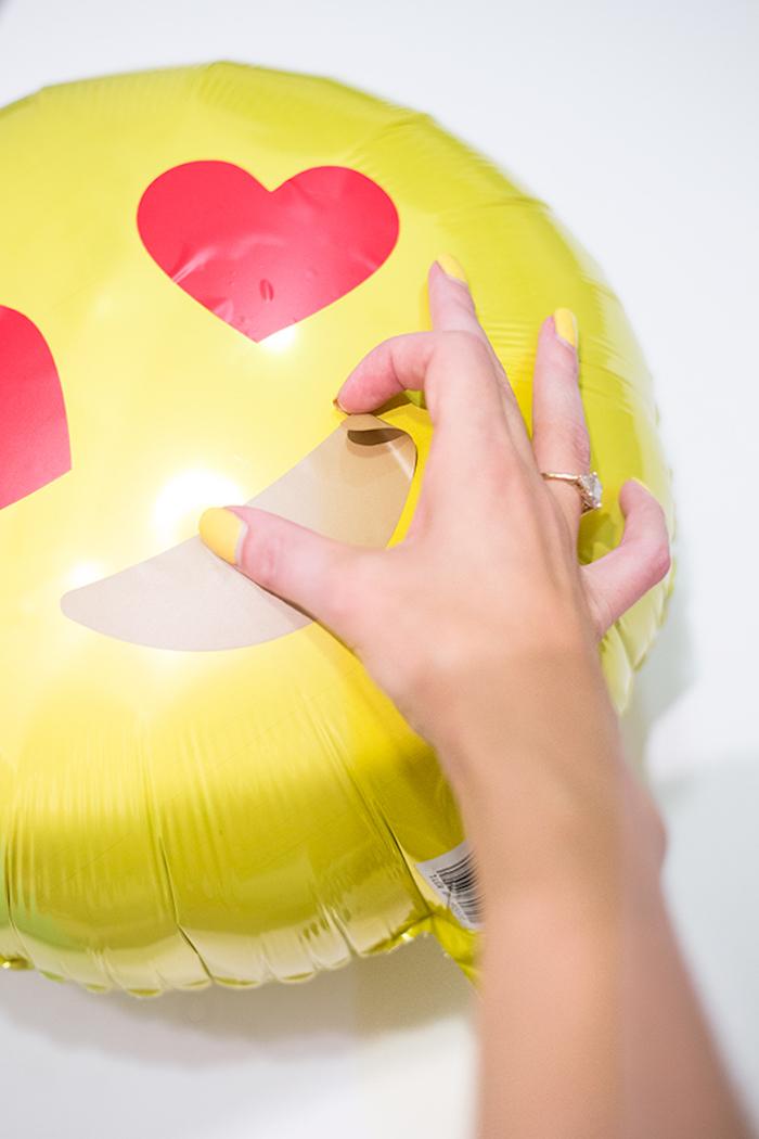 Emoji Ballons selbst gestalten, Augen und Mund kleben, DIY Idee für coole Geburtstagsdeko