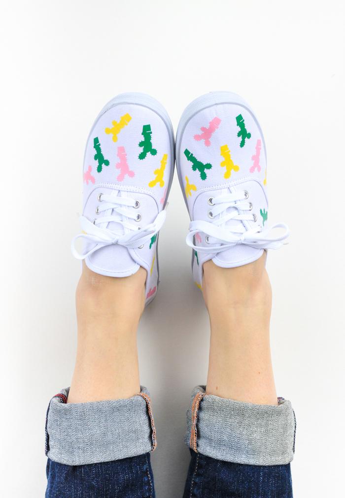 Weiße Sneaker mit Textilfarbe dekorieren, kleine bunte Kakteen, DIY Geschenkidee für Teenager