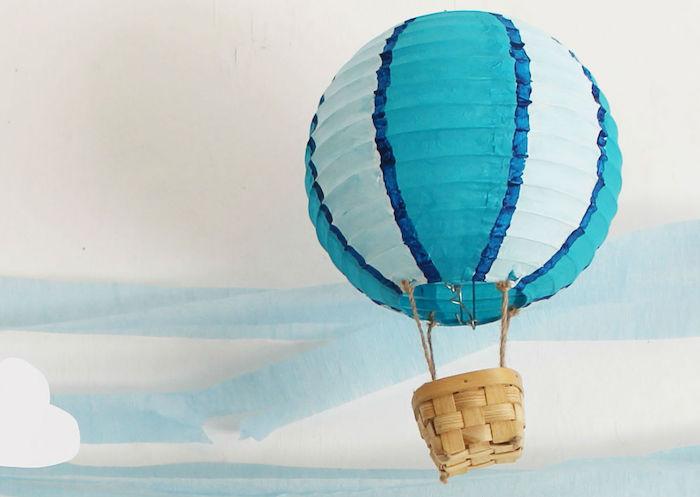 geschenke zum geburt basten, blaue papierlaterne, kleiner geflochtener korb, tutorial