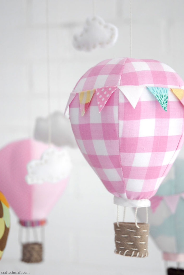 geschenke zum geburt basteln, karierter rosa stoff, kleine weiße wolken, babyzimmerdeko ideen