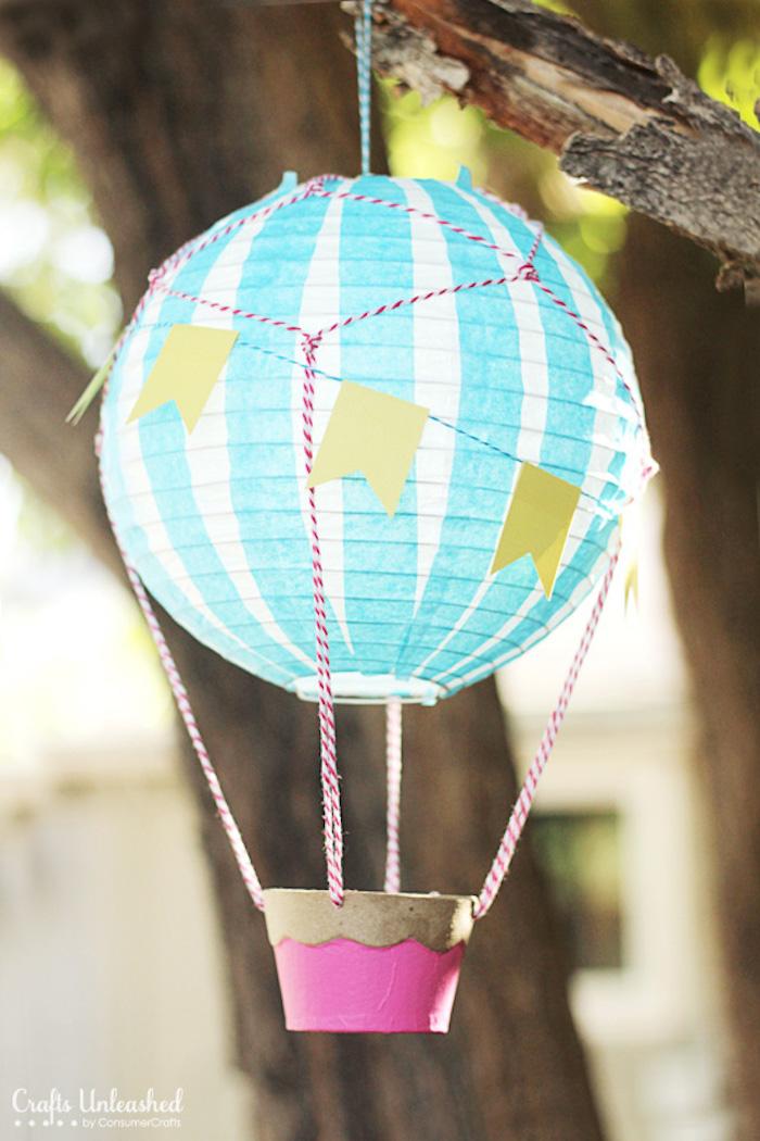 geschenke zum geburt basteln, hängende deko im garten, zweifarbige papierlaterne, gartendeko